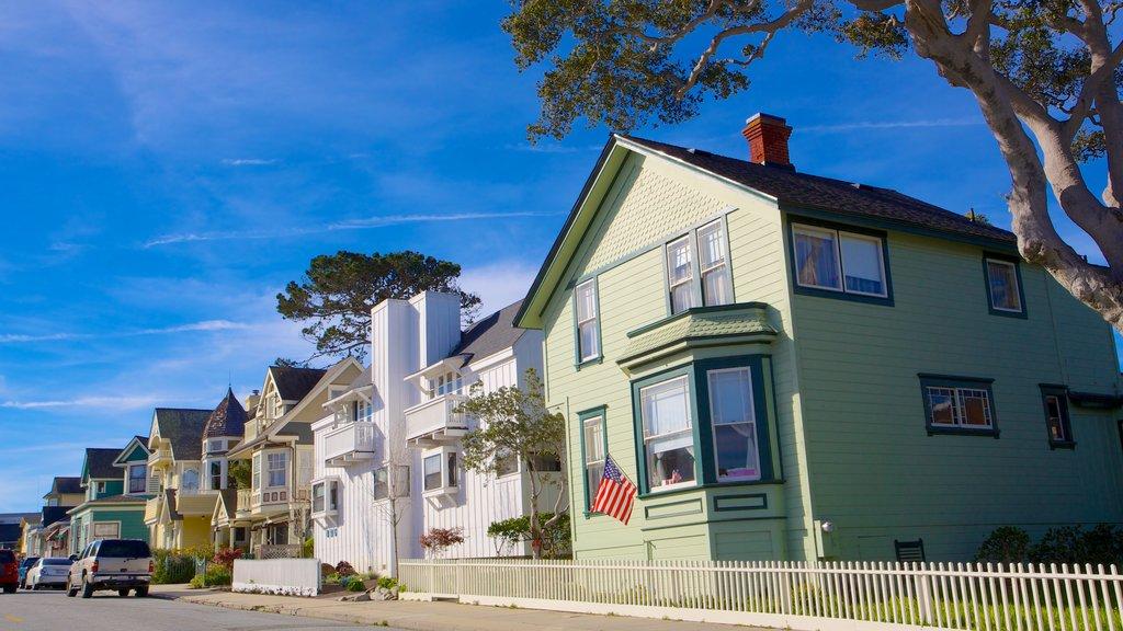 Monterey ofreciendo una pequeña ciudad o pueblo y una casa