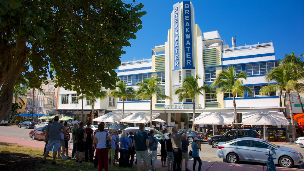 Miami Beach featuring street scenes and modern architecture as well as a large group of people