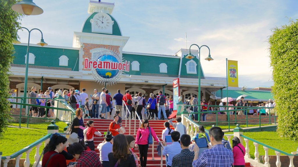 Dreamworld featuring rides as well as a large group of people