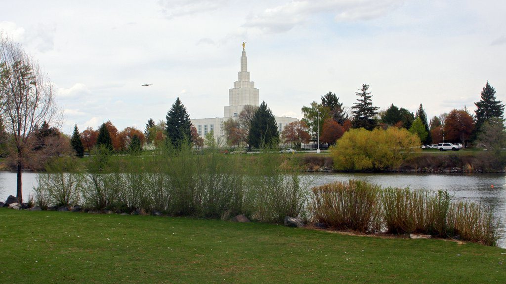 Idaho Falls showing a river or creek and a garden