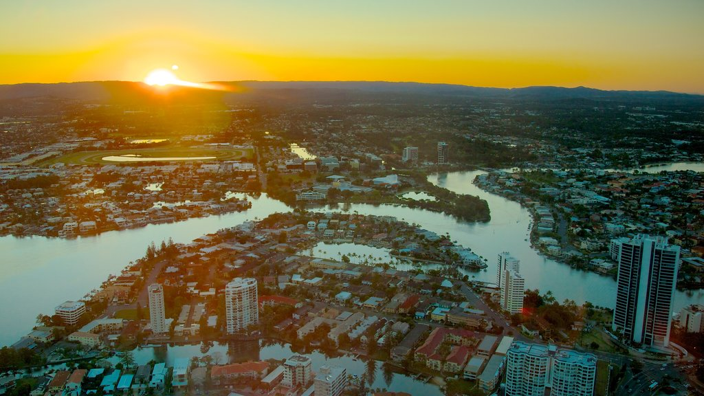 Terraza de observación SkyPoint mostrando una puesta de sol, un rascacielos y una ciudad