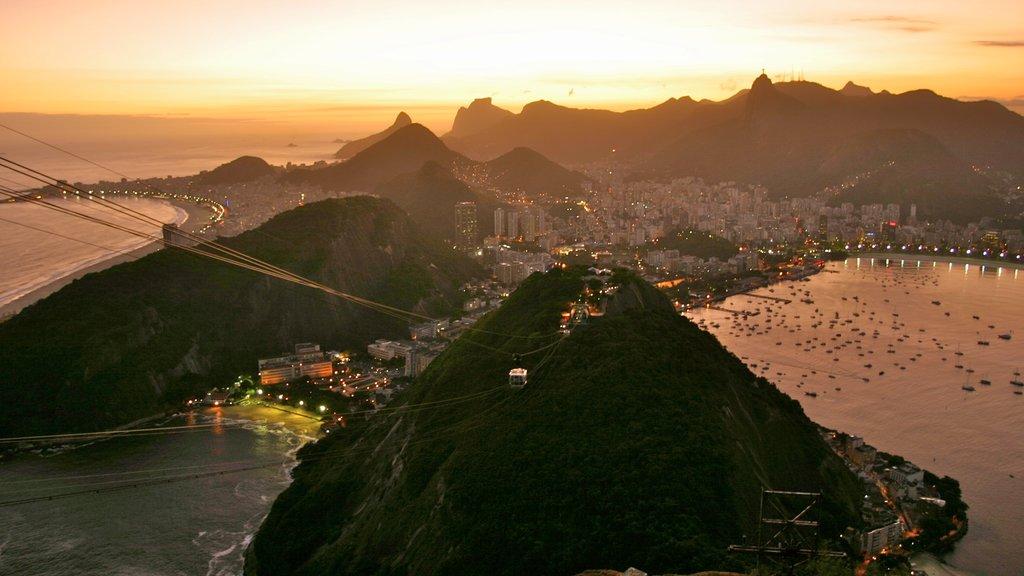 Morro Pan de Azúcar que incluye montañas, una ciudad costera y una bahía o puerto