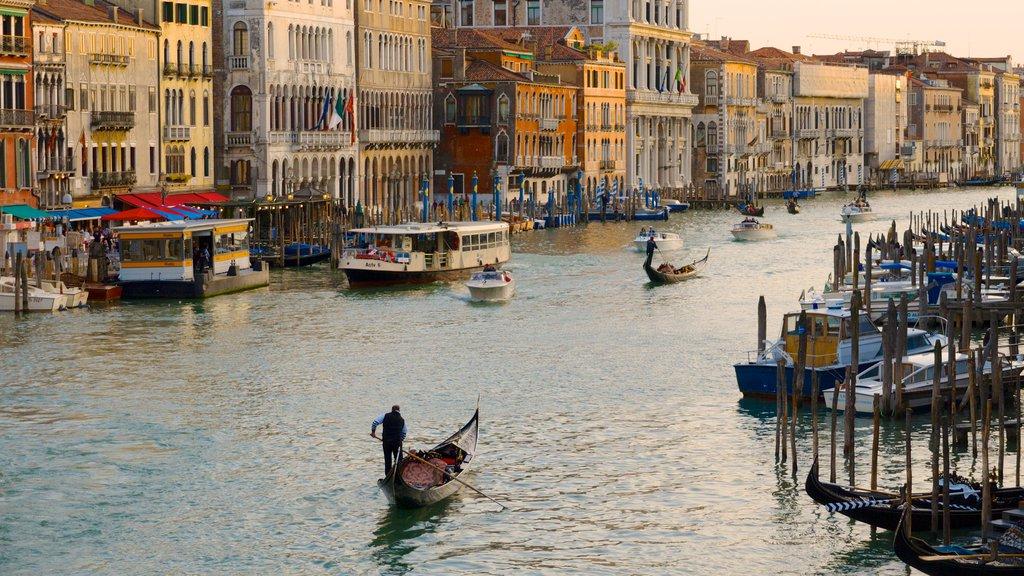Gran Canal mostrando patrimonio de arquitectura, una ciudad y una marina