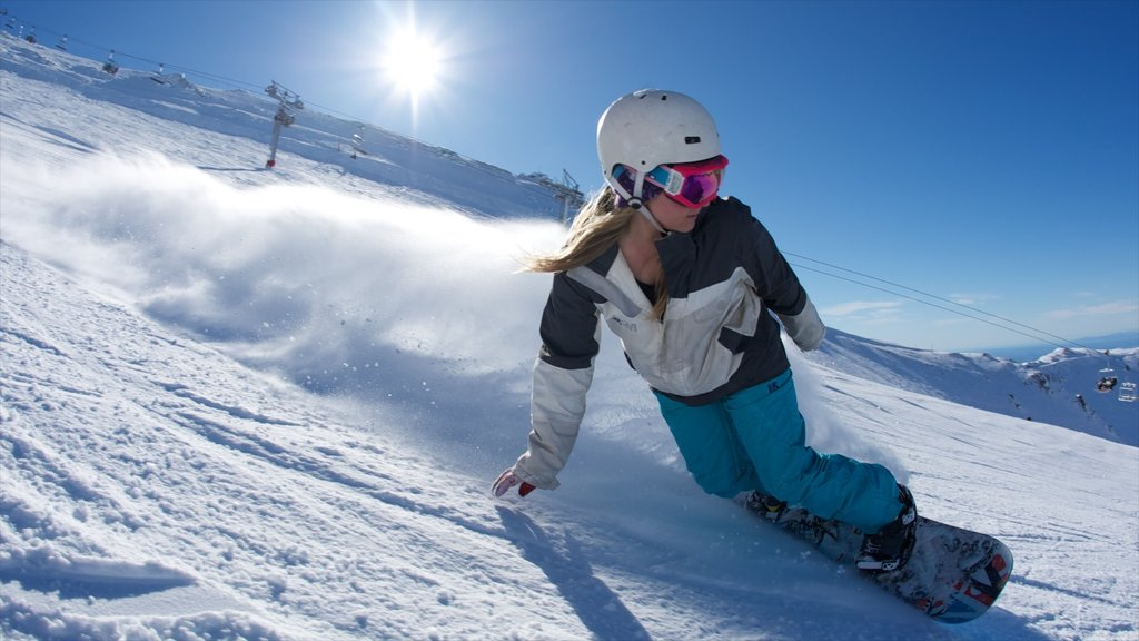 Mount Hutt Skifield showing snow boarding, snow and mountains