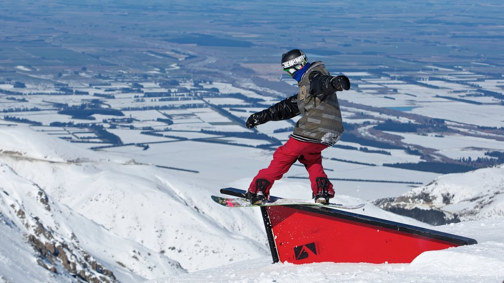 Mount Hutt Skifield showing snow, snow boarding and mountains