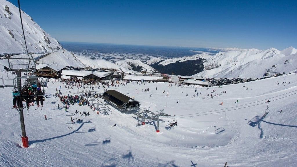 Mount Hutt Skifield que incluye nieve, una góndola y montañas