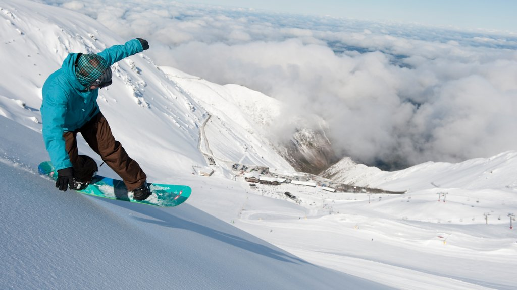 Mount Hutt Skifield which includes mountains, snow and snow boarding
