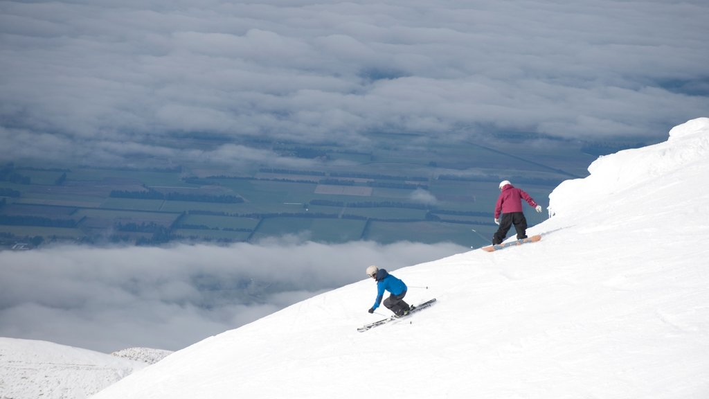 Mount Hutt Skifield featuring snow skiing, snow boarding and mountains