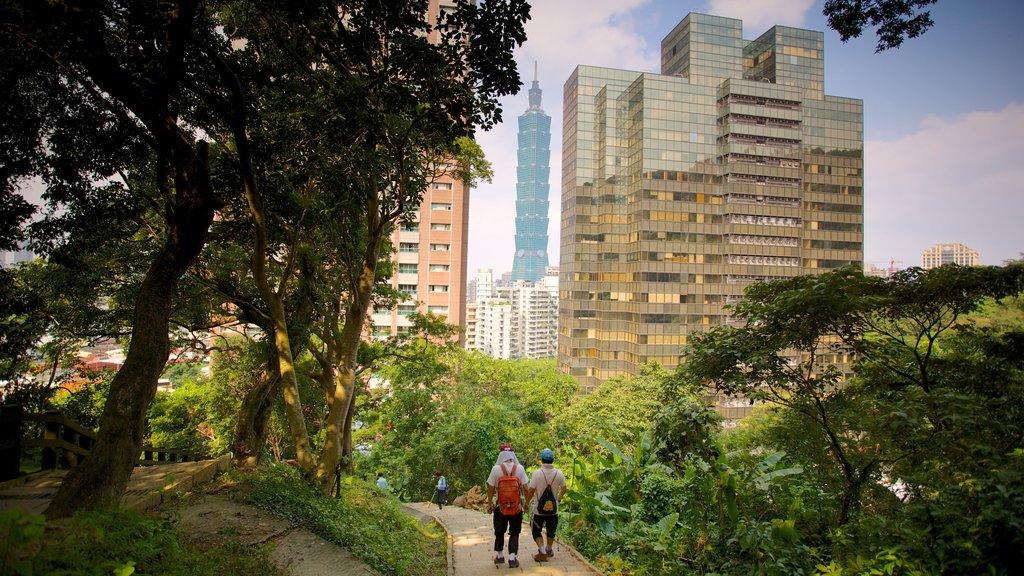 Montaña Elefante ofreciendo senderismo o caminata, un parque y un edificio de gran altura