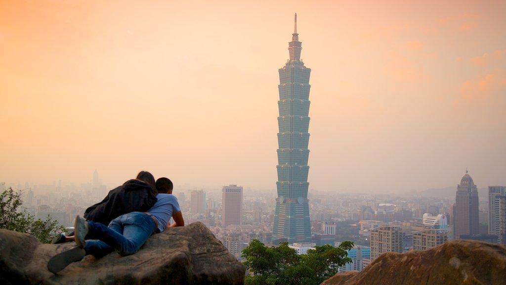 Taipei 101 ofreciendo una ciudad, neblina o niebla y arquitectura moderna