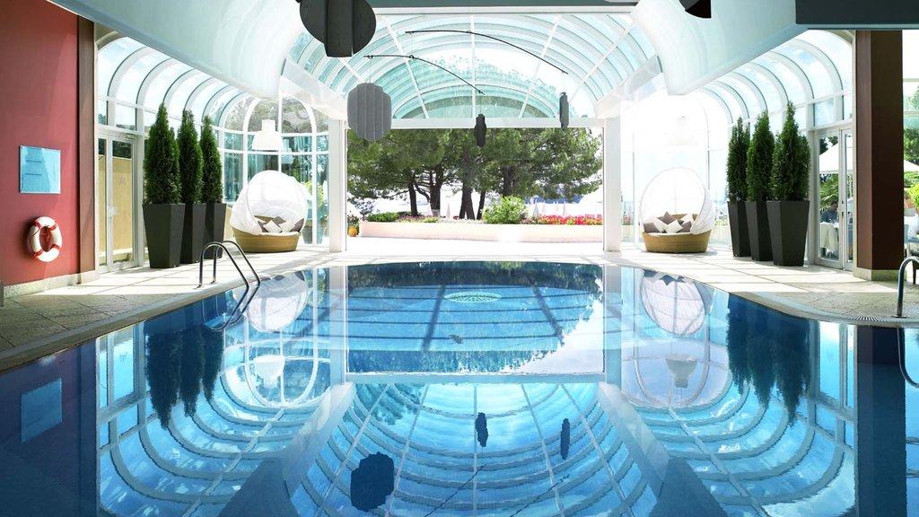 Mónaco ofreciendo arquitectura moderna, una alberca y vistas interiores