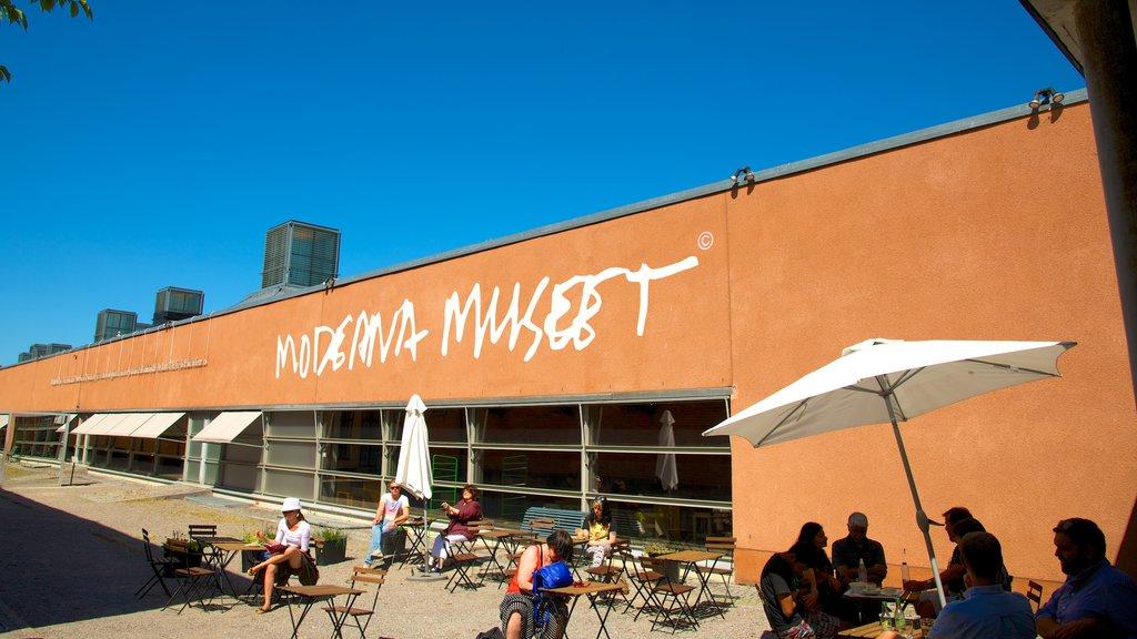Museo de arte moderno Moderna museet mostrando señalización y estilo de vida de café y también un pequeño grupo de personas