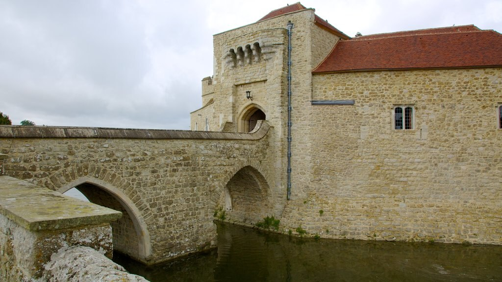 Leeds Castle showing heritage architecture and a castle
