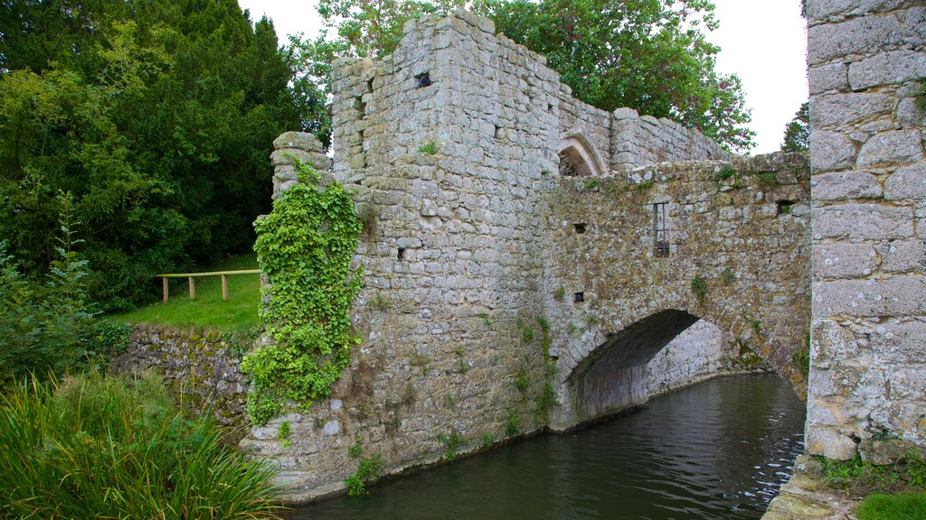 Leeds Castle which includes heritage architecture, chateau or palace and a bridge