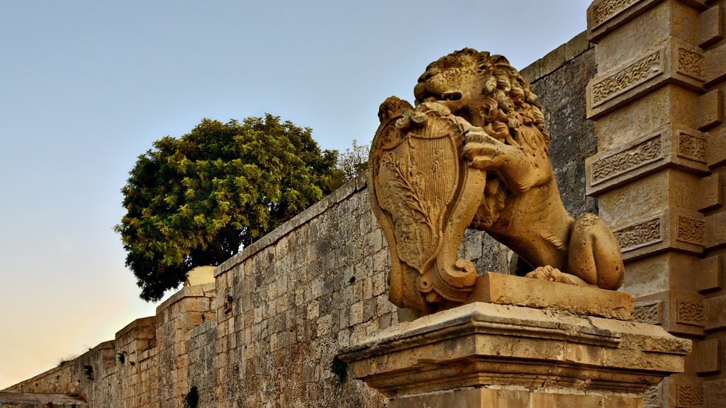 Mdina featuring a statue or sculpture