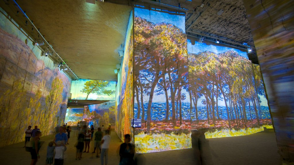 Carrieres de Lumieres showing art, interior views and a church or cathedral
