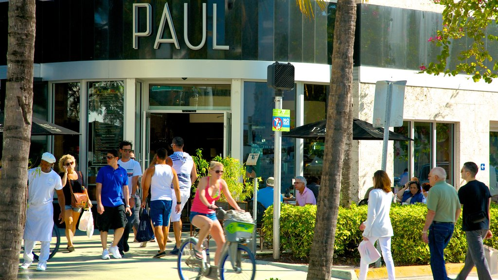 Lincoln Road Mall showing a city and cycling