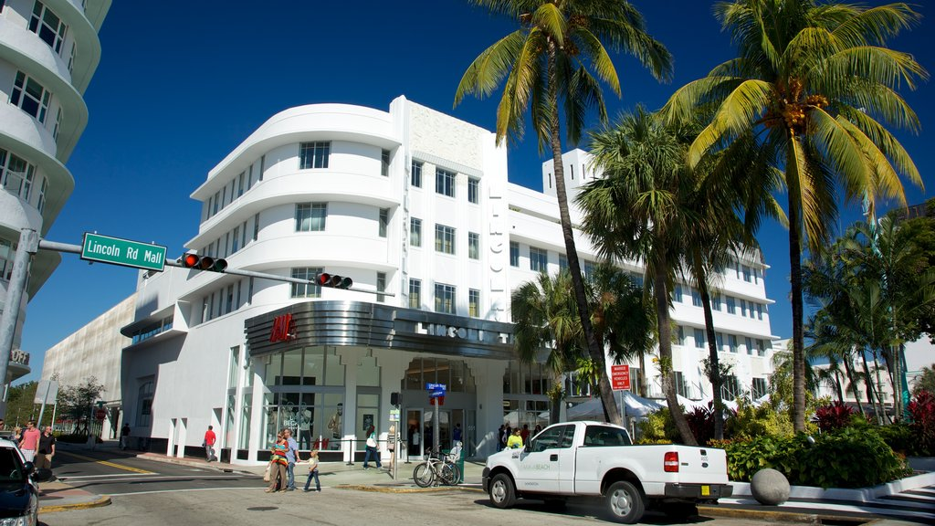 Lincoln Road Mall which includes heritage architecture, a city and street scenes