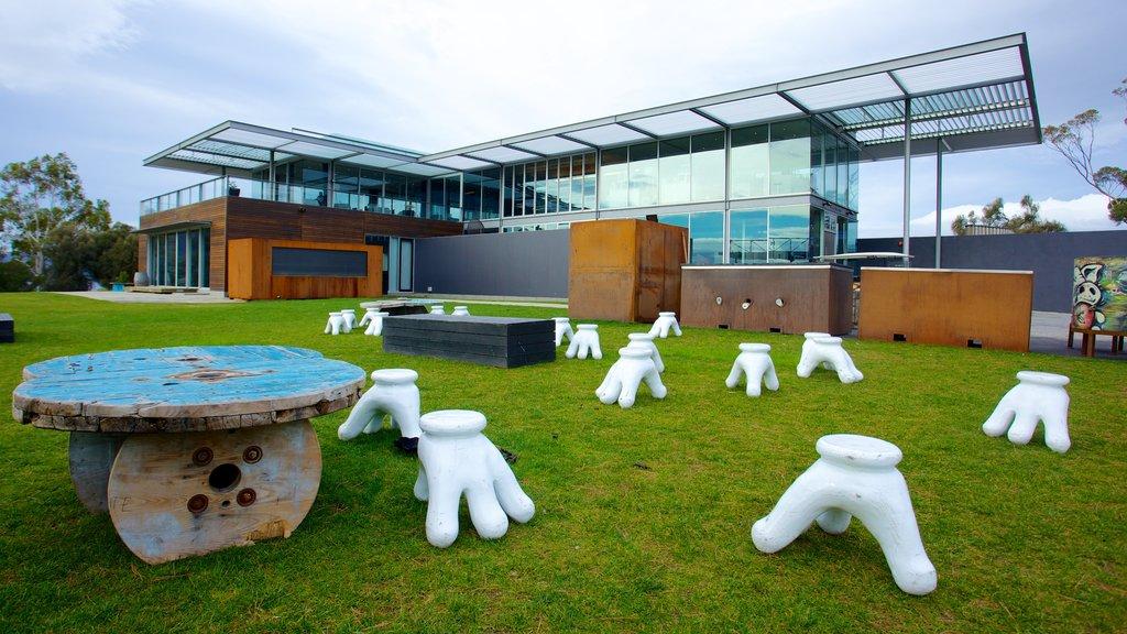 Museo de Arte Antiguo y Contemporáneo ofreciendo arte, arquitectura moderna y arte al aire libre
