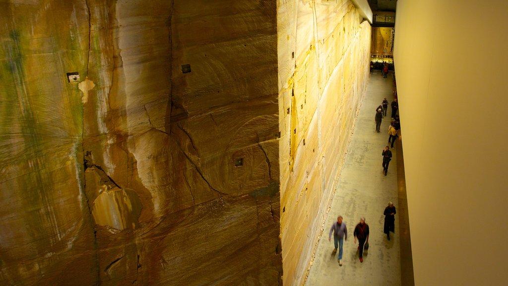 Museo de Arte Antiguo y Contemporáneo ofreciendo vistas interiores