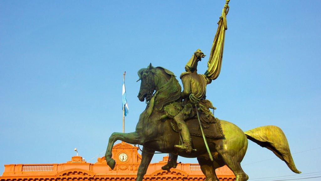 Casa Rosada que inclui uma estátua ou escultura e um monumento
