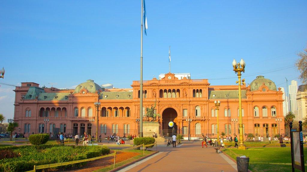 Casa Rosada mostrando elementos del patrimonio, un parque o plaza y patrimonio de arquitectura