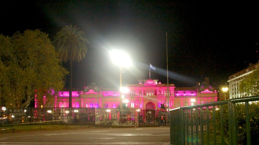 Casa Rosada que incluye un edificio administrativo, patrimonio de arquitectura y escenas nocturnas