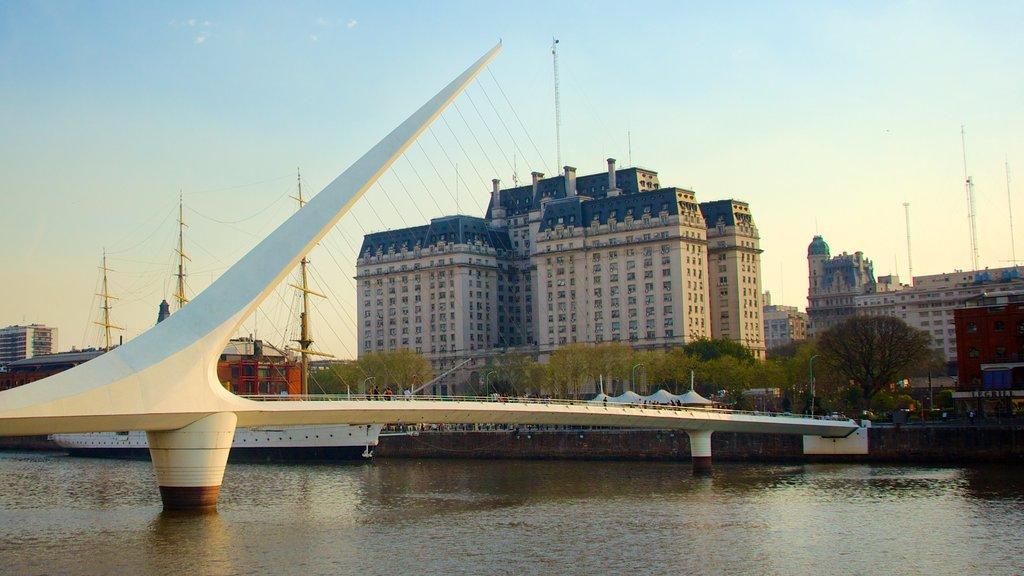 Puente de la Mujer que incluye un puente, un río o arroyo y arquitectura moderna