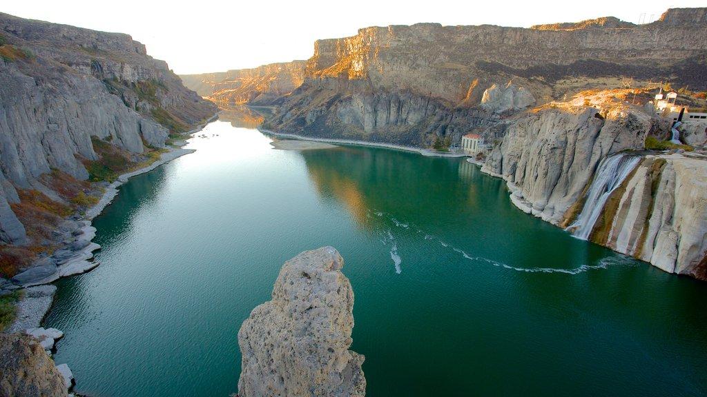Twin Falls mostrando un río o arroyo, un barranco o cañón y una cascada