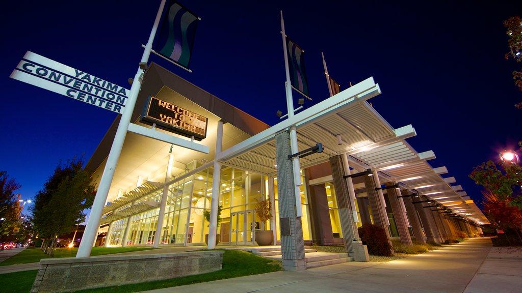 Yakima que incluye arquitectura moderna, escenas nocturnas y señalización