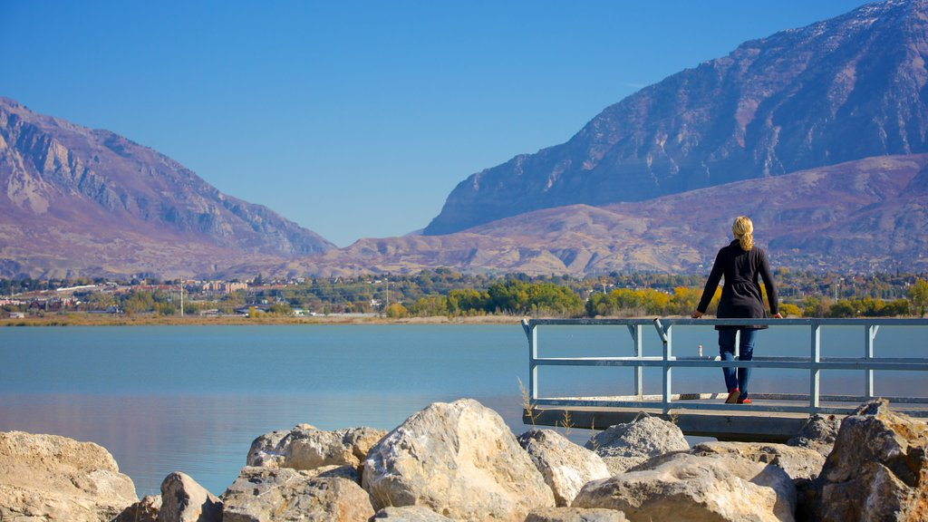 Parque Estatal Utah Lake mostrando un lago o abrevadero, un jardín y montañas