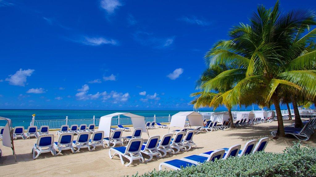 Bahía Montego que incluye una playa de arena, un hotel o resort de lujo y escenas tropicales