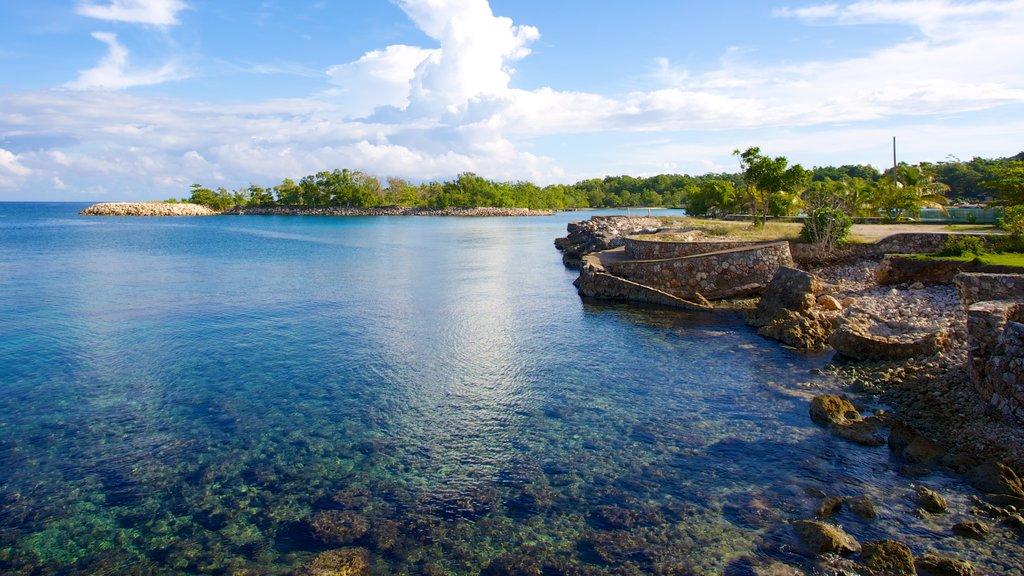 Playa de James Bond mostrando escenas tropicales y costa rocosa