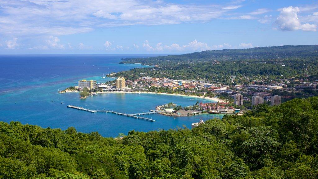 Montaña mística ofreciendo una bahía o puerto y una ciudad costera