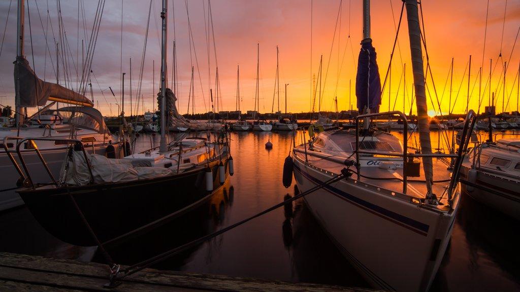 Vaasa mostrando una puesta de sol y una marina