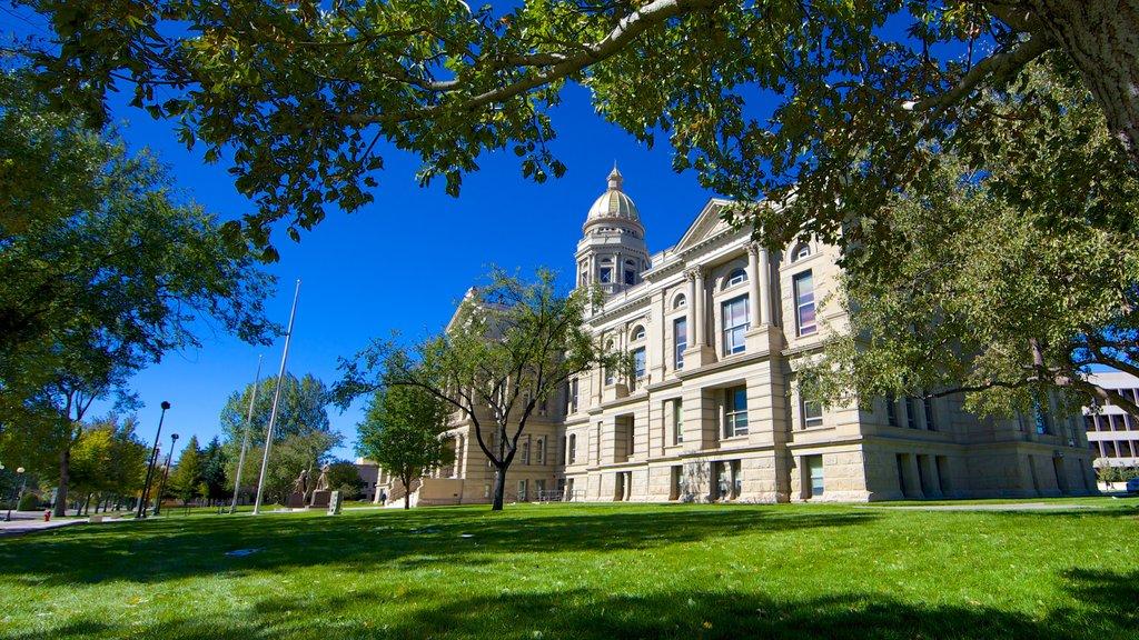 Cheyenne ofreciendo un edificio administrativo, patrimonio de arquitectura y un parque
