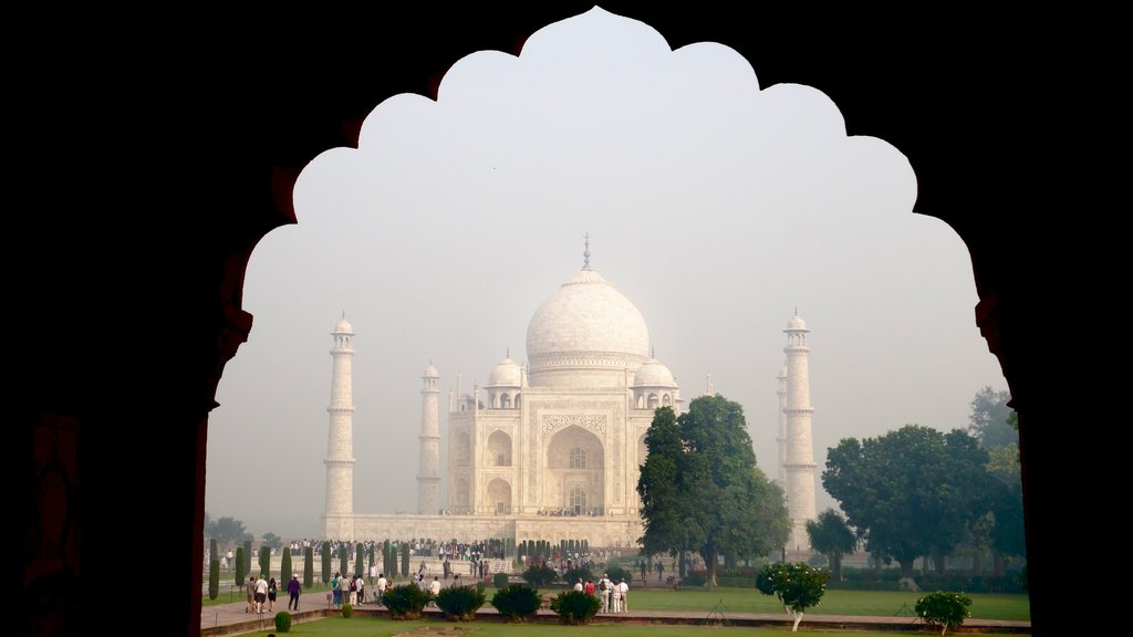 Taj Mahal which includes a monument, heritage architecture and a park