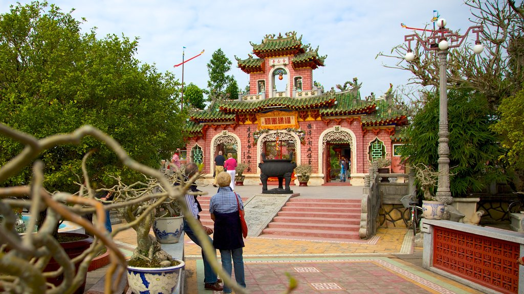 Quan Cong Temple featuring a temple or place of worship and religious aspects