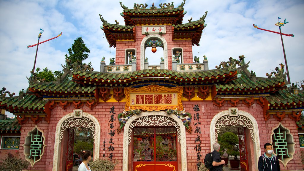 Quan Cong Temple which includes a temple or place of worship and religious aspects