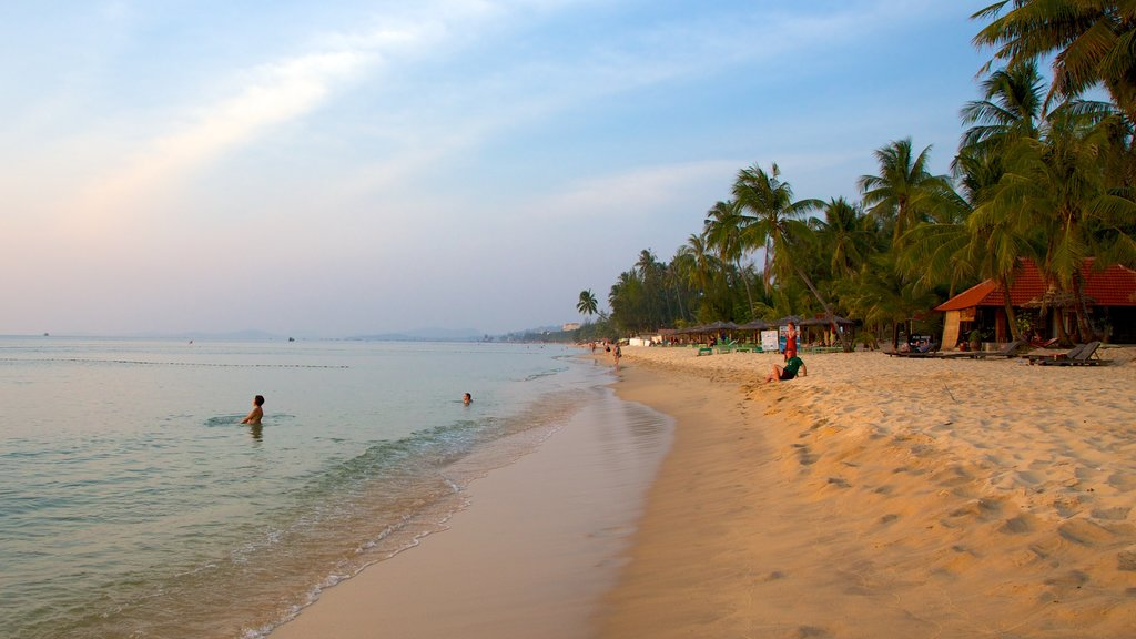 Phu Quoc Beach which includes tropical scenes and a beach