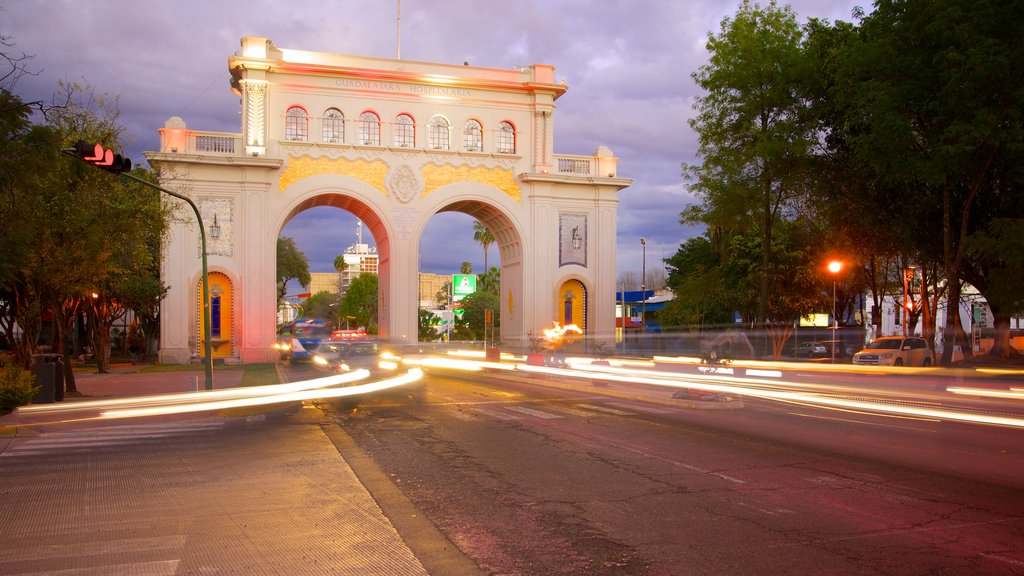 Los Arcos de Guadalajara which includes heritage architecture, street scenes and a monument