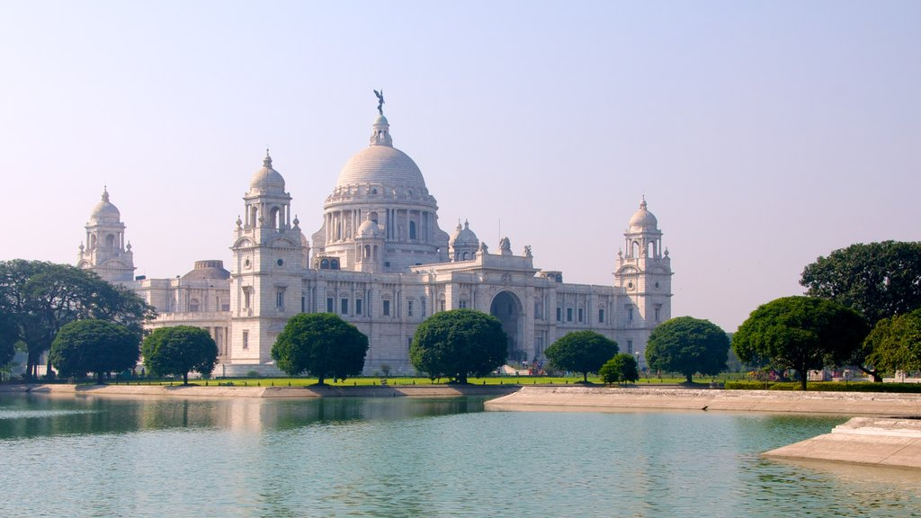 Victoria Memorial which includes a lake or waterhole, heritage architecture and a memorial