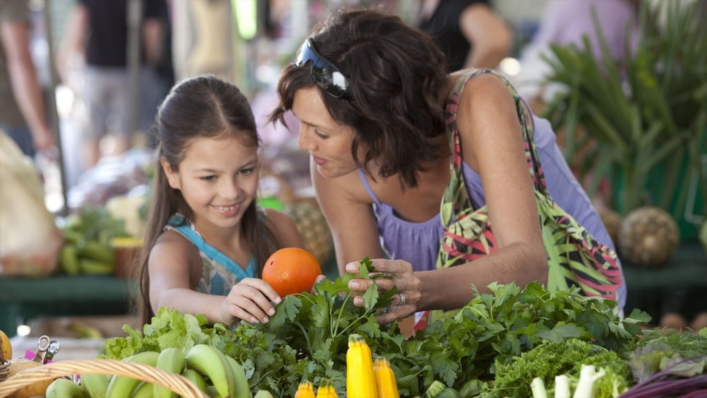 Eumundi showing markets and food as well as a family
