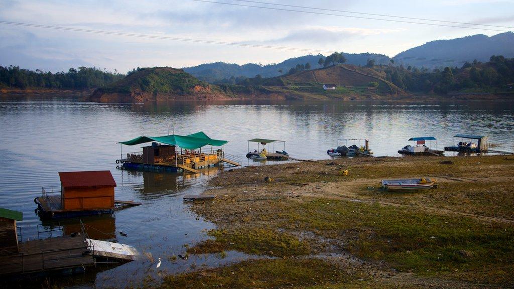Rocha de Guatapé que inclui uma baía ou porto, pântano e um lago ou charco