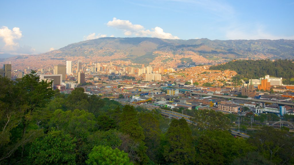 Pueblito Paisa mostrando una ciudad, montañas y vistas de paisajes