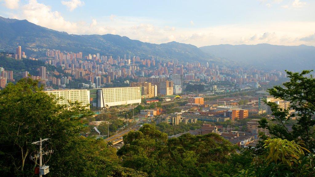 Pueblito Paisa ofreciendo horizonte, montañas y una ciudad