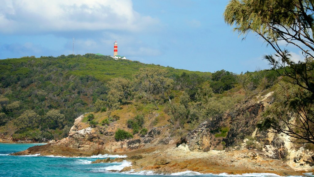 Parque nacional de Isla Moreton ofreciendo un faro, vistas de paisajes y costa escarpada