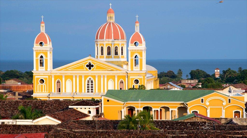 Catedral de Granada que incluye una ciudad, una iglesia o catedral y patrimonio de arquitectura