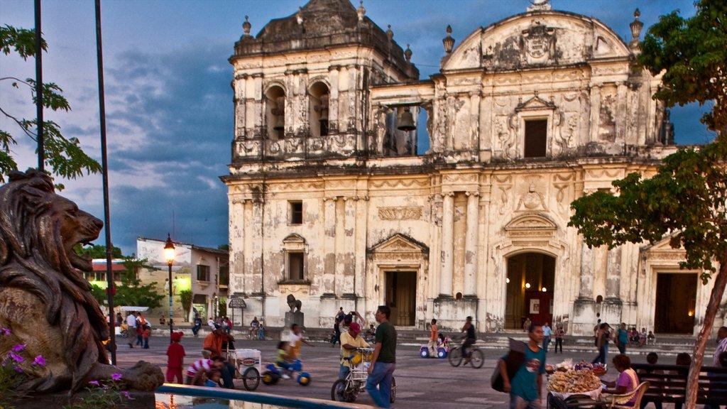 Catedral de Granada ofreciendo un parque o plaza, una ciudad y una iglesia o catedral