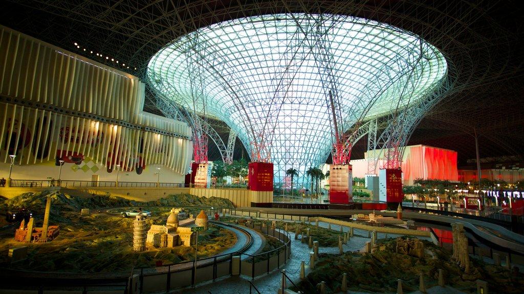 Ferrari World ofreciendo arquitectura moderna y vistas interiores